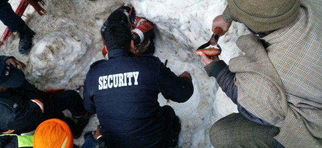 Police rescues UP man swept by avalanche at Sonamarg