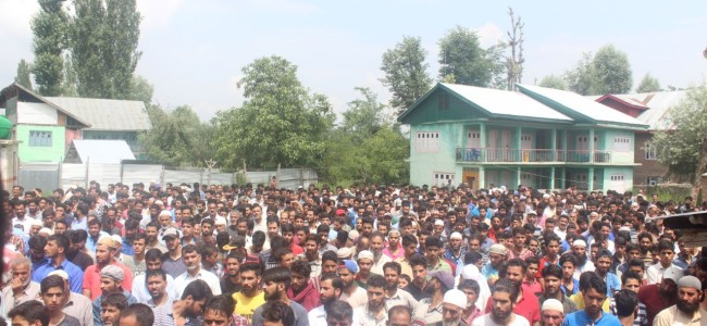 Shopian: Thousands participate in minor boy's funeral