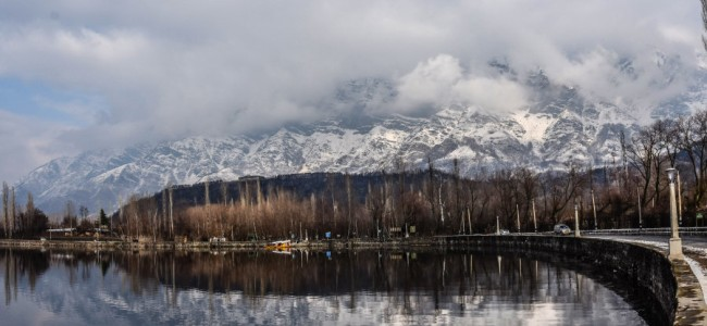 DC Srinagar cautions people against playing, walking on frozen parts of Dal lake
