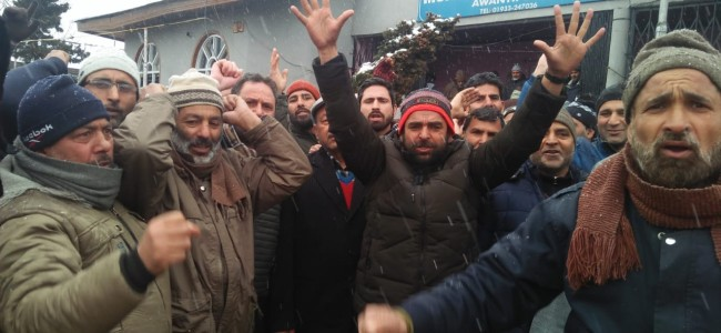 Amid snowfall, Non-gazetted forest employees stage protests in Awantipora