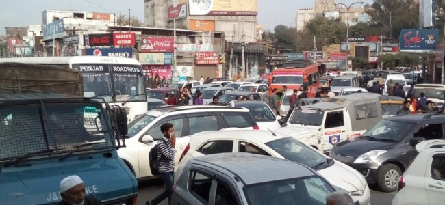 Mess on Jammu roads as thousands of Daily wage employees rally demanding regularisation, wages