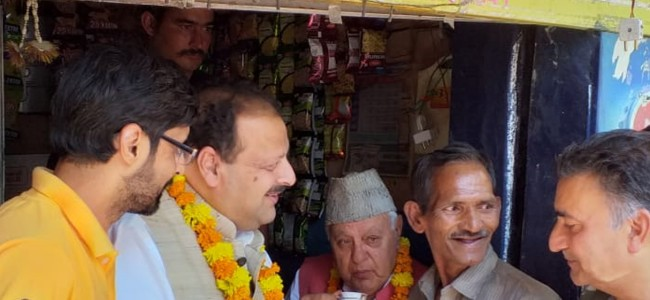 Farooq enjoys cup of tea at roadside stall in congested old Jammu city
