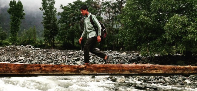 In absence of bridge, Gujjar students use log to cross gushing Nallah in Tral