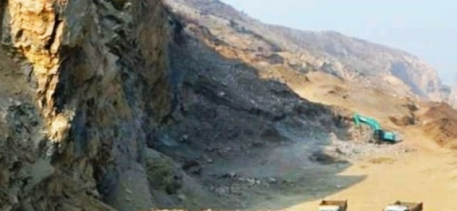 Stone quarry labourers without work since 10 months in Pampore
