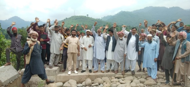 Residents near LOC protest against authorities, demand resumption of work on road