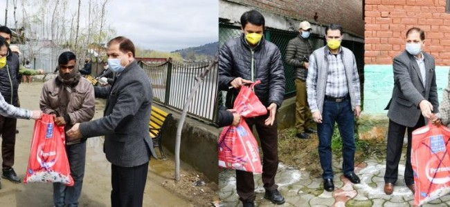 Govt distributes free ration among poor families, migrant labourers in Ganderbal